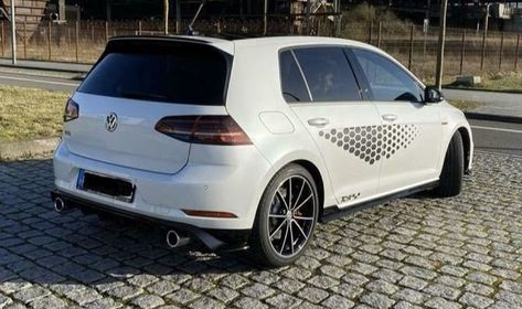 Opvallende VW Golf gezien bij ramkraak; voor duizenden euro's aan kleding gestolen