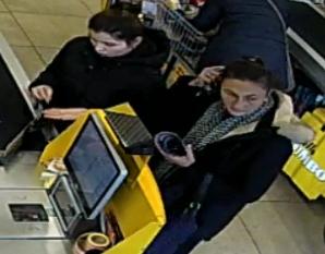 Vrouwen pinnen met gestolen pinpas