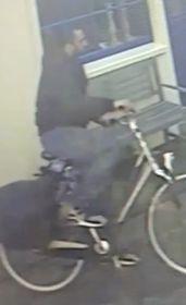 Fiets met fietstassen met inhoud gestolen