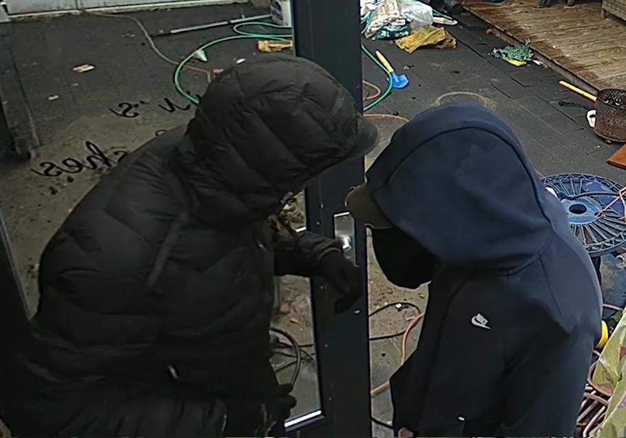Politie zoekt woninginbrekers