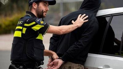 Den Haag - Twee agenten gewond na achtervolging