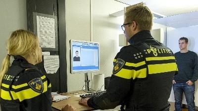 Almere - Twee verdachten aangehouden voor overval op pakketbezorger