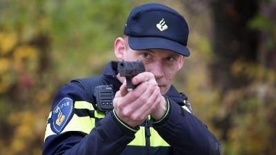 Kaatsheuvel - Verdachte ramt politiewagen, agenten springen weg