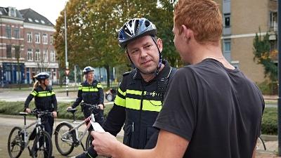 Den Haag - Auto rijdt in op agent