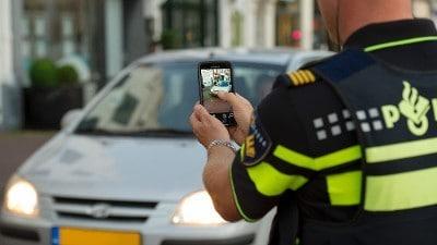 Agent fotografeert kenteken auto met MEOS app