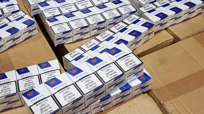 dozen met pakjes illegale sigaretten