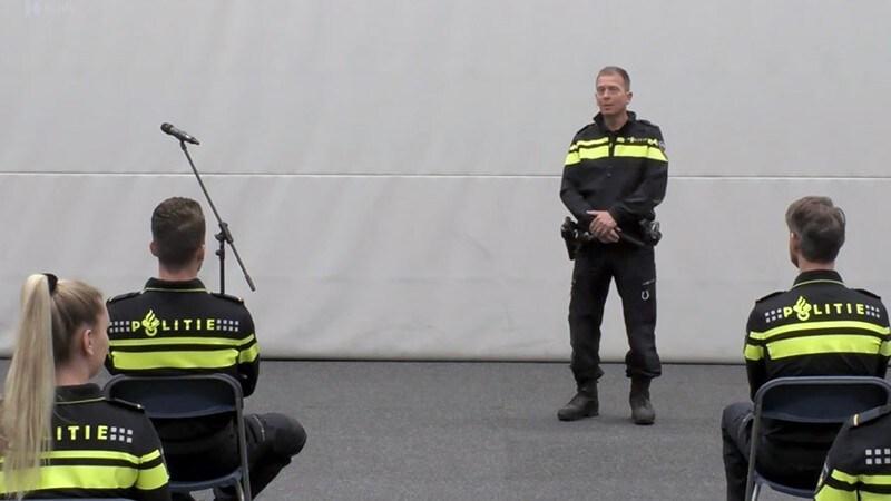 Plaatsvervangend politiechef Leo Wallage tijdens de beëdiging van nieuwe collega's
