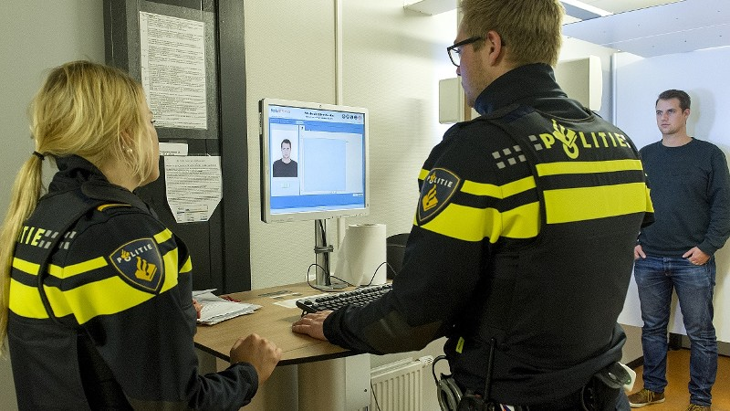 Aangehouden arrestant wordt in Progis ingevoerd