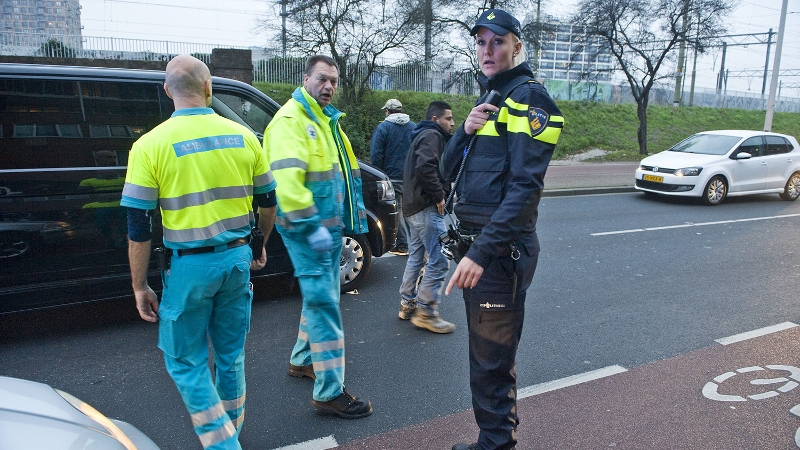 Ambulancebroeders en agente bij incident