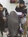 Vrouwen pinnen met gestolen pas bejaarde dame